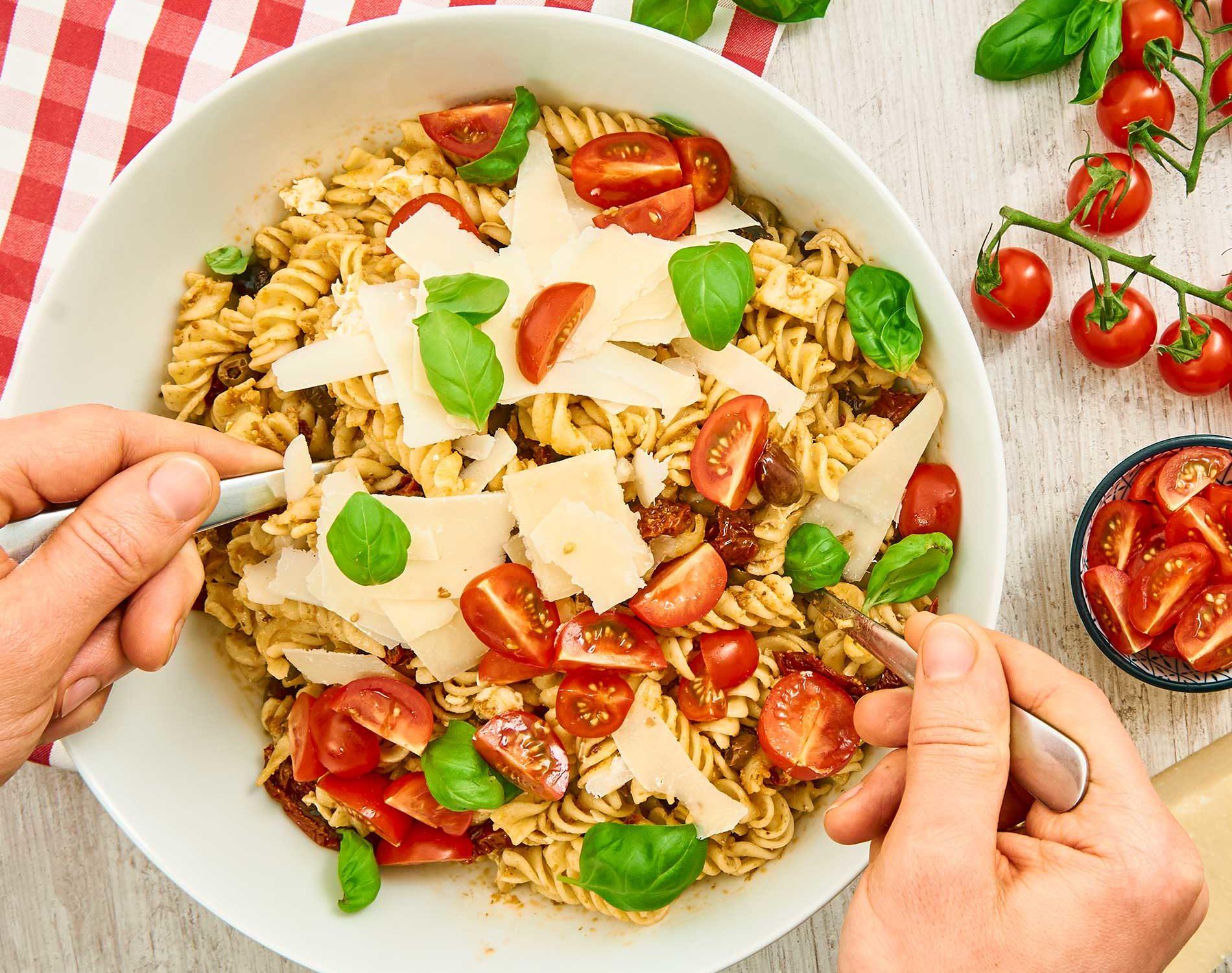 italienischer Nudelsalat-rezept-mit-pesto-T