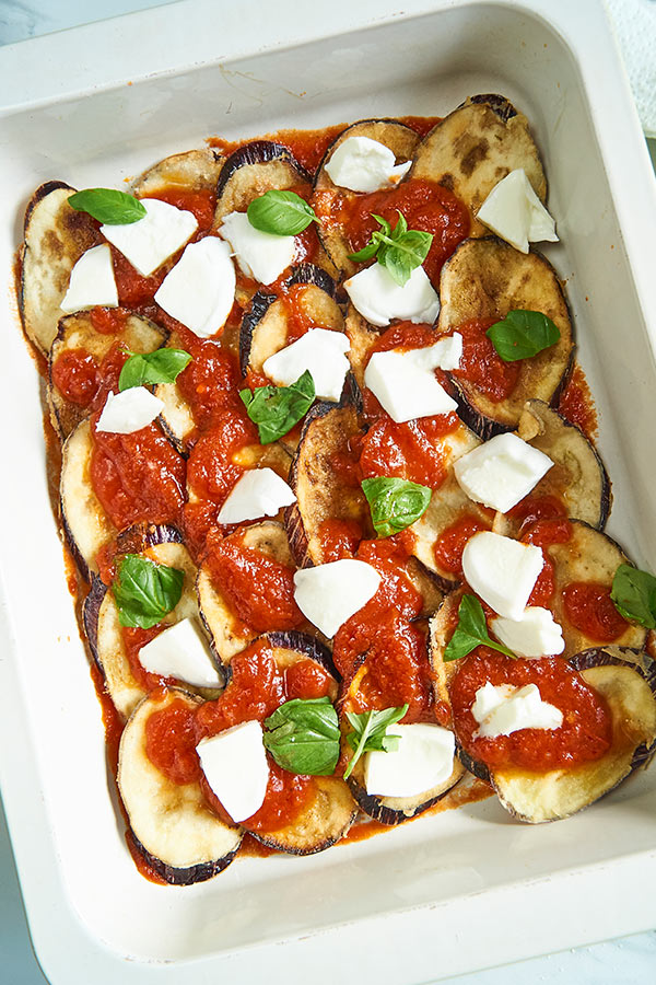 Parmigiana schichten mit Mozzarella